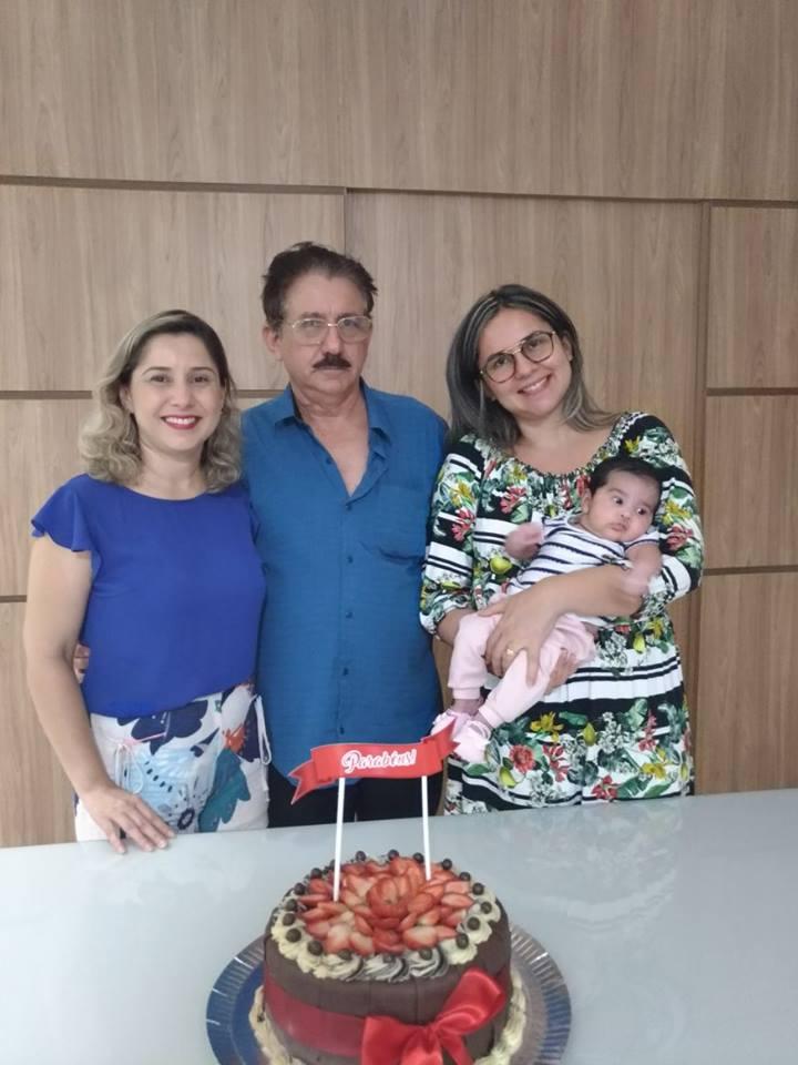 : Ladeado pelas Filhas Ana Paula e Daniele com a netinha Eloah o empresário gente fina aniversariante de amanha Elias Alves para quem desejamos tudo de bom com votos de saúde e paz. Parabéns!
