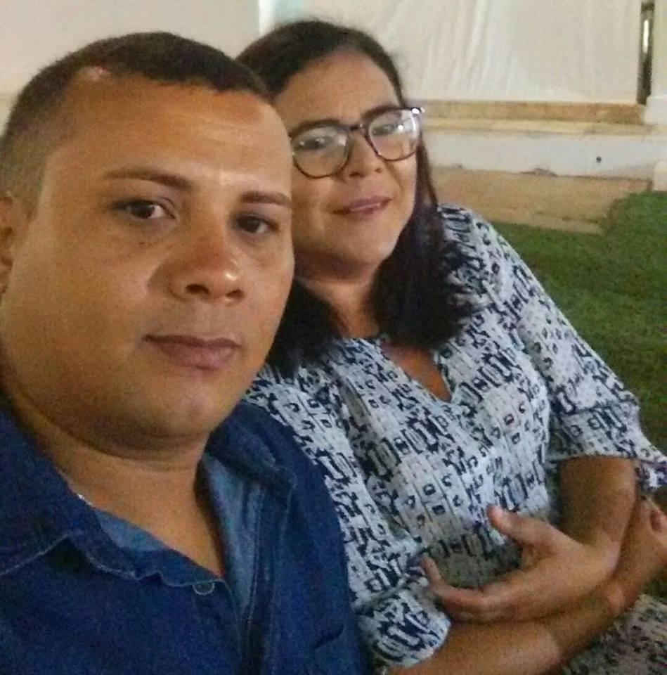 Na segunda-feira quem amanhece de idade nova é minha irmã querida Aglay Rodrigues para quem desejo tudo de melhor, na foto com seu amado João Neto. Parabéns!