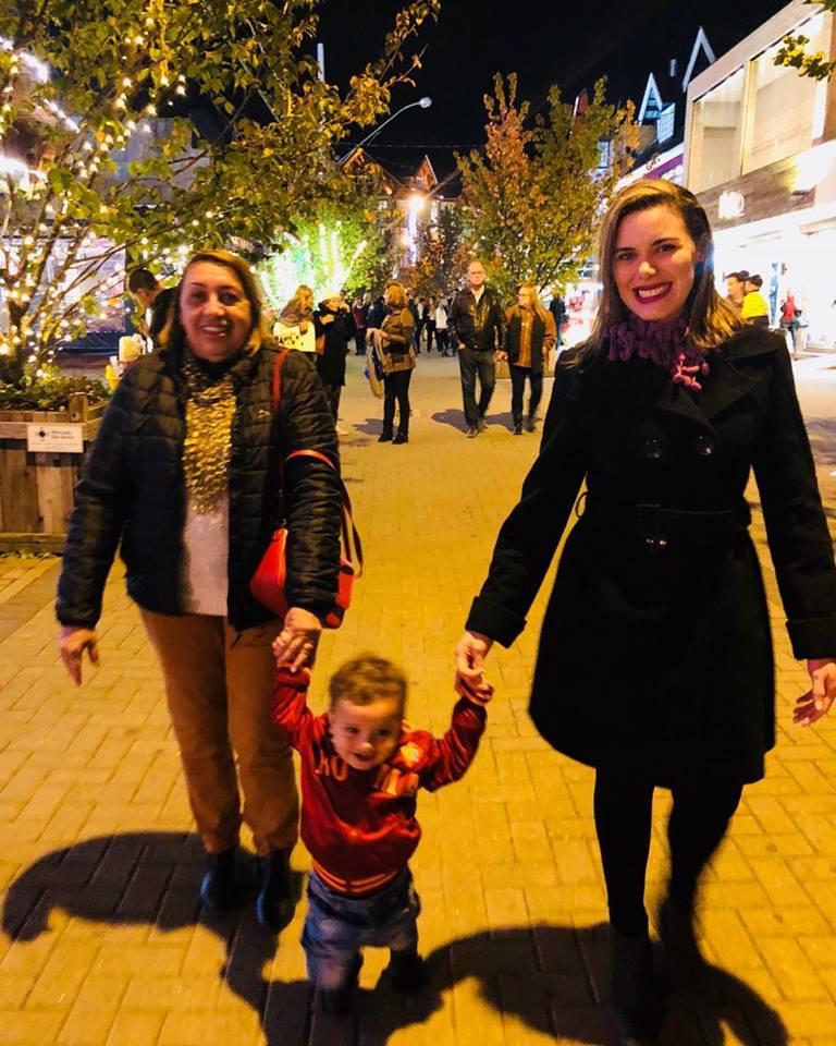Passeando por Campos do Jordão a querida Vilma Solano Brito com o netinho Elias e a filha a médica Monica. Achei Chique!