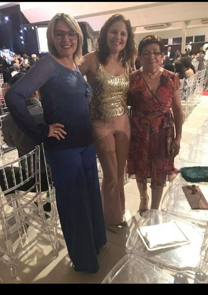 Aniversariante desse dia 06/04 a linda Luciana Freitas( ao centro) na foto com a sua irmã, a empresária Marillac Souza e a sua mãe Nilma Souza.