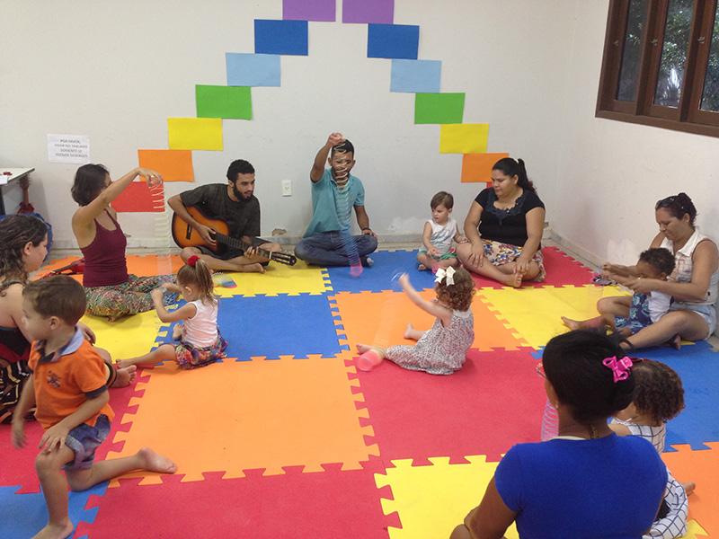 A musicalização infantil procura sensibilizar as crianças para que elas tenham uma visão crítica em relação ao ambiente acústico.