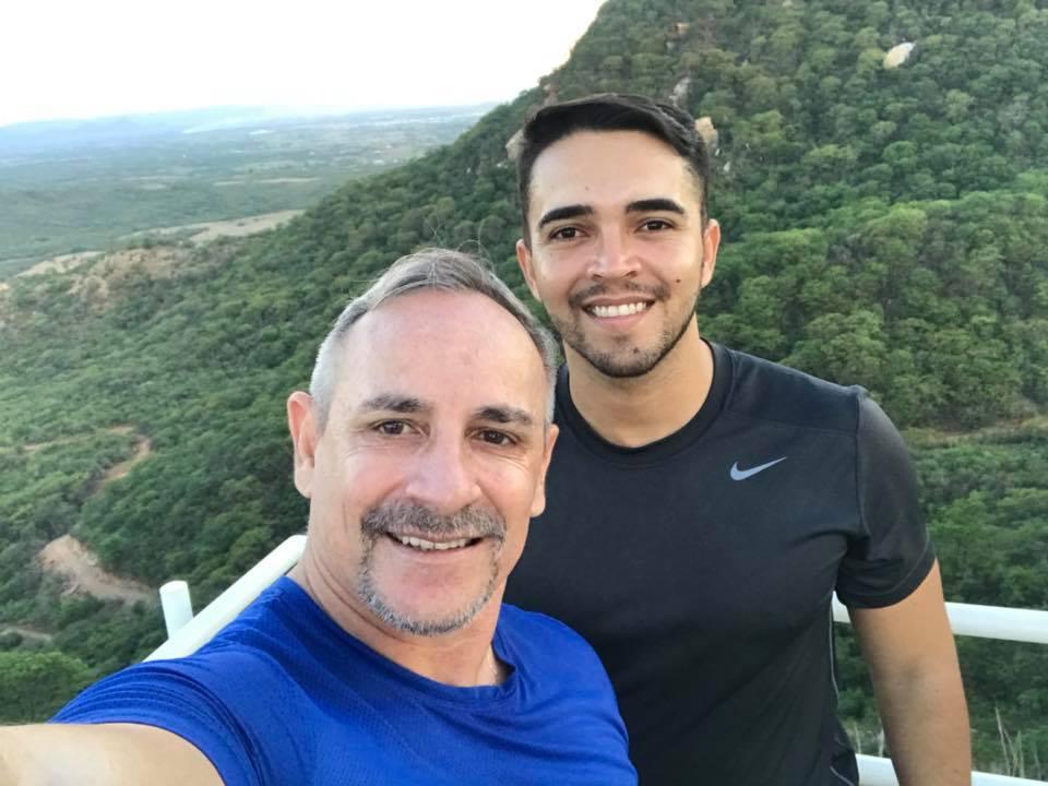 Aniversariante de ontem 22/04 o empresário Vicente de Paula, na foto com Erisovaldo Diniz. Parabéns e cada vez mais sucesso!