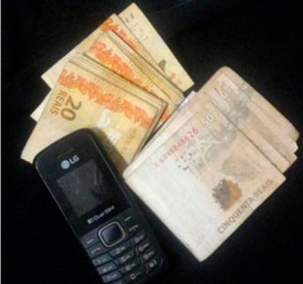 Com Carlos Eduardo, os policiais encontraram o dinheiro da vítima, a faca usada no crime e uma roupa suja de sangue.