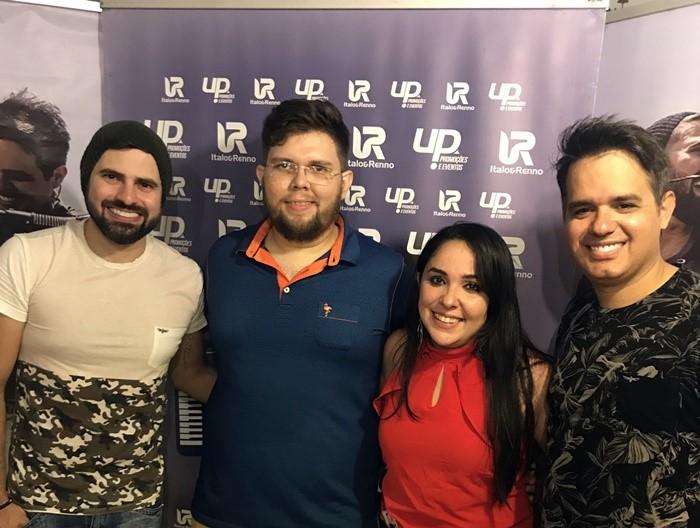 O casal de empresários do Boteco Bombeer, João Felipe/Marina Vidal, foi recebido pela dupla Ítalo e Renno no camarim.