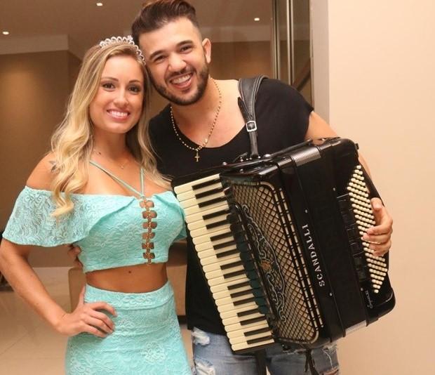 """O cantor Giannini Alencar, compositor da música """"Levanta a Cabeça, Princesa"""", no clique com Jéssica Mueller do BBB18."""