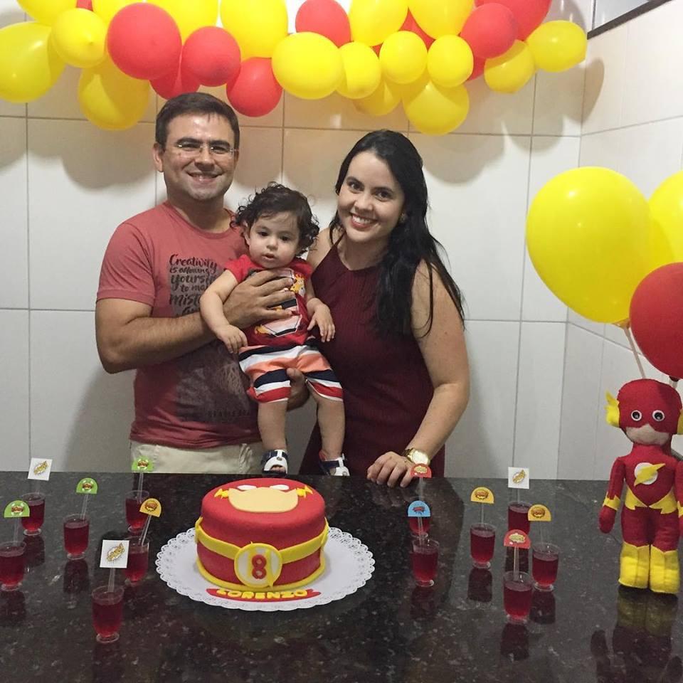 Ladeada pelo maridão Felipe e do filho lindo Lorenzo a aniversariante festejada do domingo Maíria Fernanda Gurgel Fernandes. Tintim amiga!