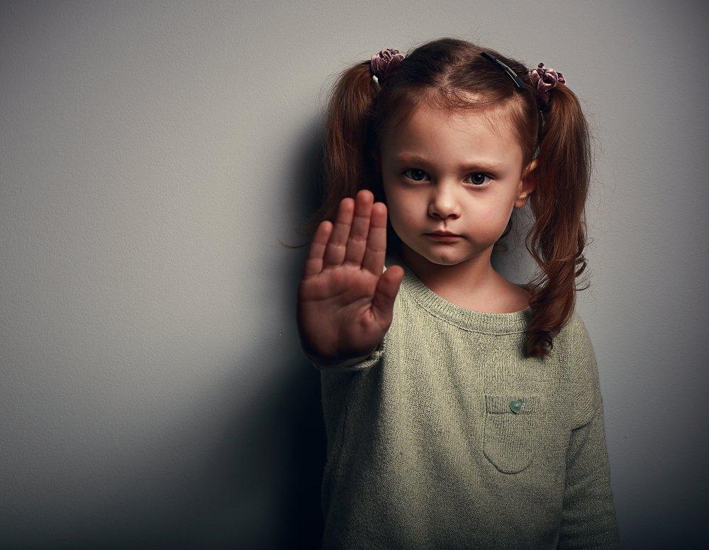 Algumas formas de violência consideradas foram o abuso físico e psicológico, trabalho infantil, casamento precoce, a ameaça online e a violência sexual.