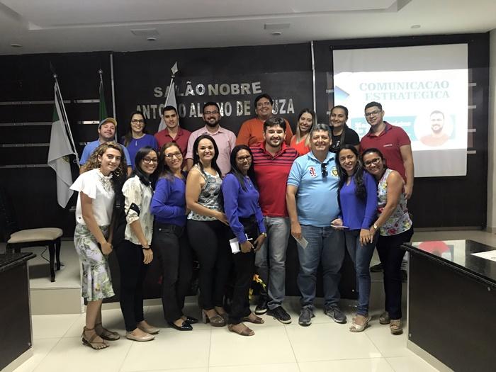 O jornalista Marcus Vinicius, diretor da Avante Comunicação no clique com os servidores da Câmara Municipal de Pau dos Ferros que participaram do I Seminário de Comunicação Estratégica para Mandato Legislativo.