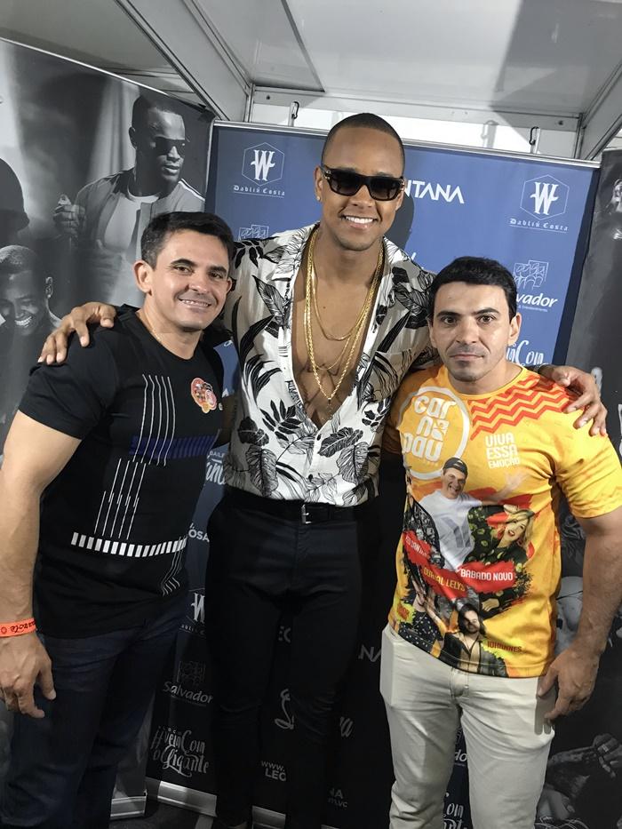 O cantor Léo Santana recebendo o os irmãos Cleanto Bezerra e João Noronha, diretores do Carnapau.
