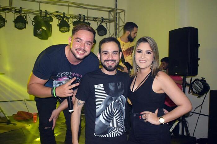 O cantor Woney Fontes que vai estar nesse dia 25/02 animando a galera,com o casal de empresários doVinteDez,Dirceu Mota e Bruna Miranda.