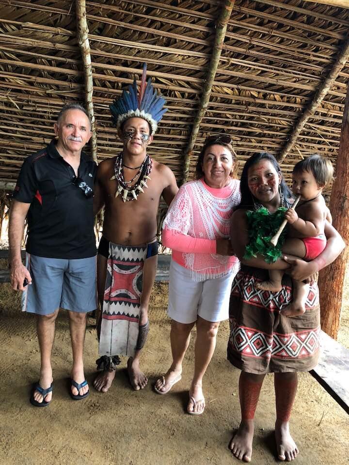 Em tour por Manaus, capital do Amazonas, o casal alinhado da terrinha Francisco de Assis Brito e sua Vilma Solano Brito, quando visitavam aldeia indígena. Um luxo!