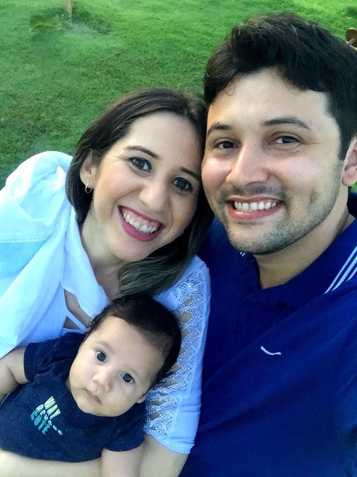 Amanhã todos os vivas para Rozalba Alves, na foto ladeada pelos homens da sua vida, o pequeno Lucas e o maridão Leandro Oliveira. Parabéns!