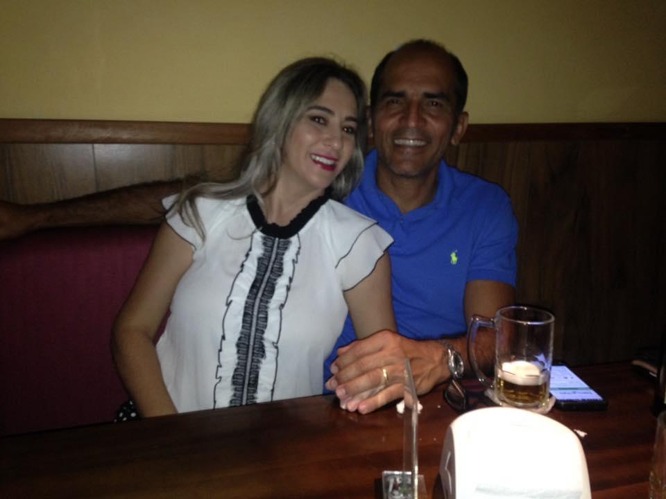 Outra aniversariante festejada de ontem foi à querida amiga Mirian Paiva, na foto com o maridão Amaro Rinaldi. Daqui brindamos a data. Tintim!