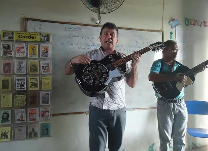 Artistas fazem cantorias nas escolas para manter a tradição viva.