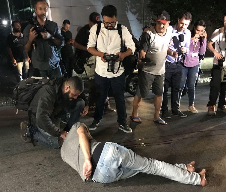 Um dos denunciados empurrou a vítima, que bateu a cabeça em um caminhão que passava no local. Foto: Elaine Patrícia Cruz