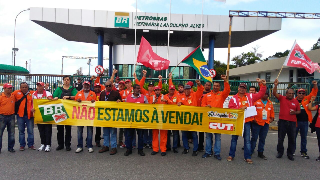 Petroleiros anunciam greve e exigem a saída de Pedro Parente da presidência da Petrobras