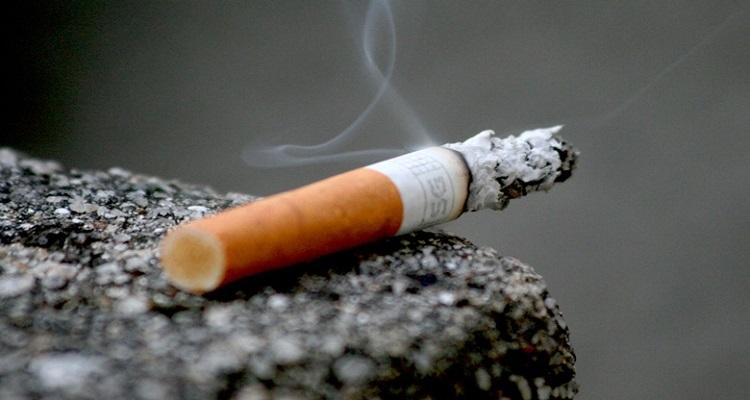 O tabaco é o principal fator de risco que causa tumores pulmonares. Ele está presente em cigarros, charutos, cachimbos, narguilé e também nos cigarros eletrônicos.