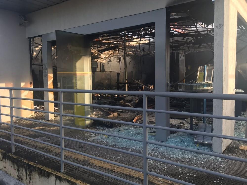 Com a explosão, a agência ficou totalmente destruída (Foto: Kleber Teixeira/Inter TV Cabugi).