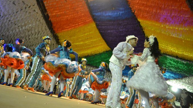 Quadrilhas juninas encantam na estreia da Arena Deodete Dias