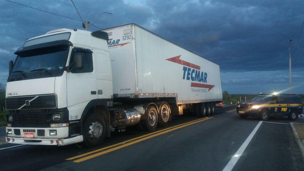 PRF recupera carreta e parte de carga roubada em Assú