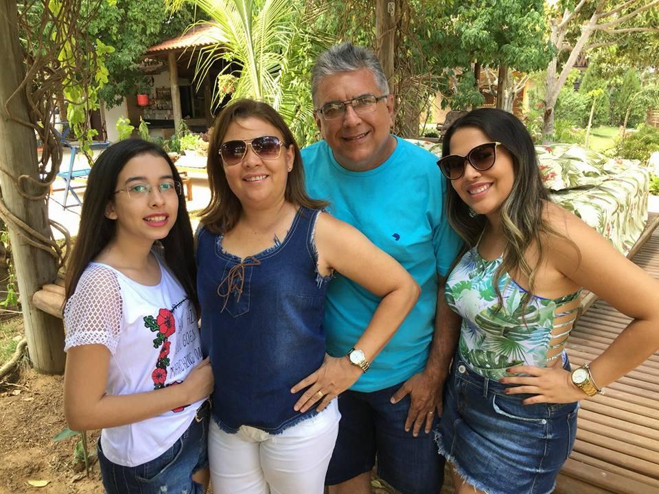 Do álbum da família Gurgel de Góis click com as aniversariantes festejadas Giovanna e Fernanda Góis, ladeadas pelos pais Licinha e Francileno Góis. Felicidades meninas!