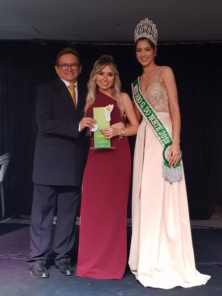 O anfitrião da Festa dos Destaques Lisboa Batista, ladeado com a colunista e a Miss Rio Grande do Norte. Parabéns pelo sucesso da Festa!