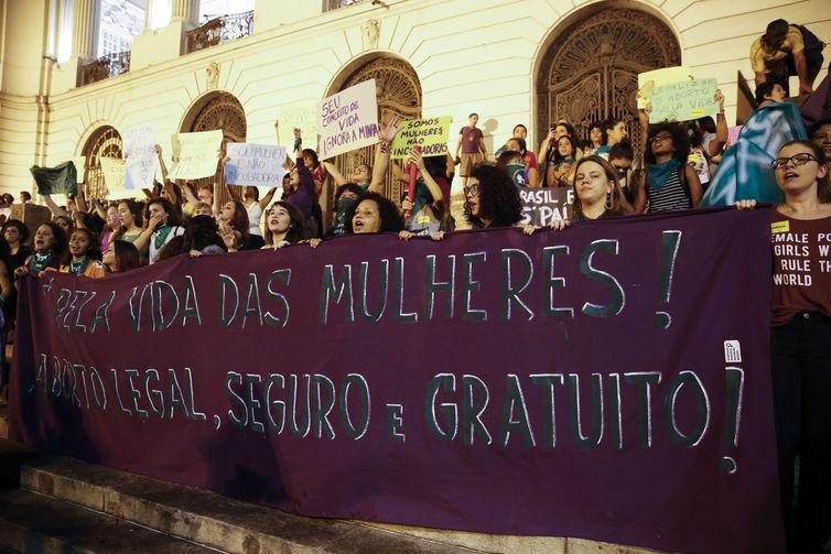 Mulheres fazem marcha pela legalização do aborto, com lenços verdes em referência à campanha que derrubou a criminalização na Argentina. Foto:  Fernando Frazão/Agência Brasil.