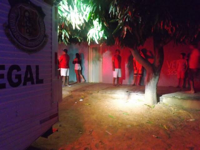 Quatro bandidos chegaram ao local atirando contra as pessoas.