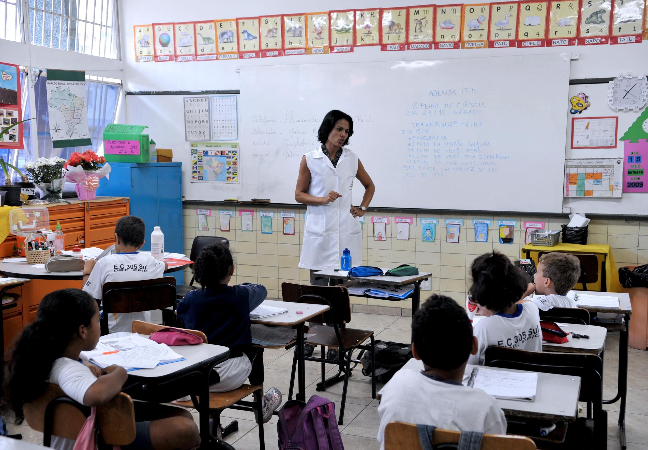 Atualmente, o piso salarial dos professores é R$ 2.298,80.