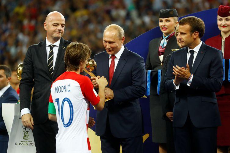 Luka Modric recebe o prêmio Bola de Ouro da Fifa- Kai Pfaffenbach/Reuters/ Agência Brasil