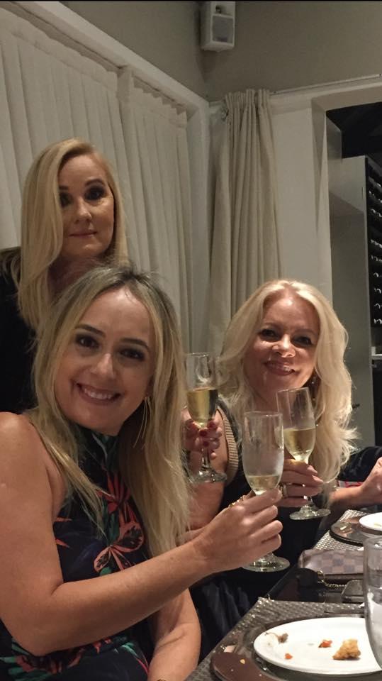 Lindas, chiques e elegantes, são essa minha amigas apodienses que estão brindando o natalício de Nety Diógenes. No clique Naide Andrade e Maria Morais.