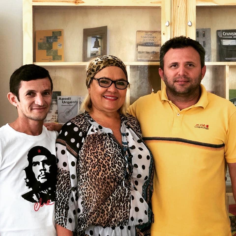 A Presidente da Academia Apodiense de Letras, Vilmaci Viana, ladeada pelo vice-presidente Caubi Torres e o Presidente da CMA, Genivan Varela, ultimando os detalhes para a abertura do Museu do Livro.