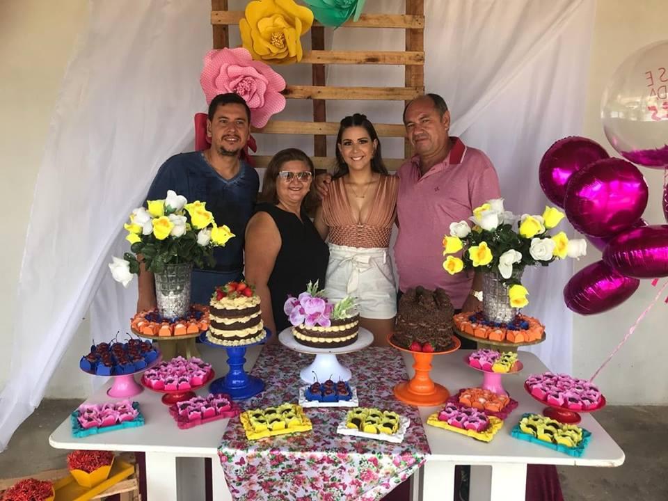Aniversariante festejado do dia o amigo Reginaldo Fernandes ladeado pela família, os filhos David e Fernanda e sua amada Elenilça Lima Fernandes. Parabéns!
