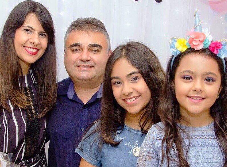 Ladeado pela esposa Marillia Gabriella e das filhas Maria Eduarda e Maria Luísa o amigo aniversariante do dia de ontem Edvan Praxedes para quem desejamos saúde e paz. Parabéns!