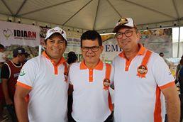 Festejando o sucesso da II Expoeste o prefeito Junior Alves ladeado pelo Secretário de Agricultura Elionaldo Benevides e do Vice-Prefeito Paulo Brasil. Aplausos!