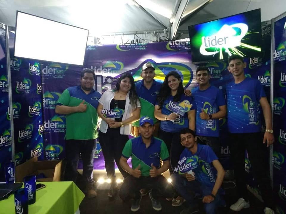O empresário Sérgio Pereira da Líder Net ladeado por toda equipe no estande na II Expoeste. Eles arrasaram!