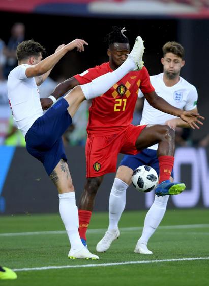 KALININGRAD, RUSSIA  Michy Batshuayi da Bélgica disputa bola com John Stones da Inglaterera em jogo pela  Copa da Russia (Photo by Mike Hewitt - FIFA/FIFA via Getty Images)