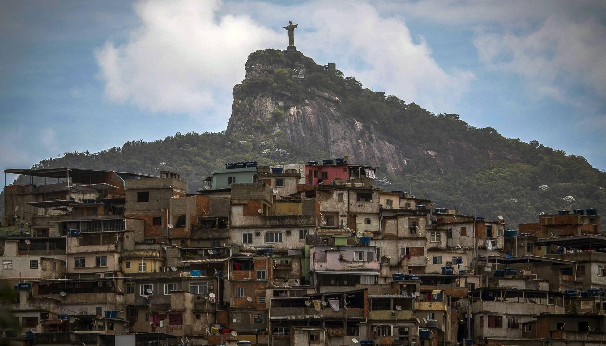 Vista do Cristo Redentor e da favela Morro da Coroa, no Rio. Foto: MAURO PIMENTEL AFP
