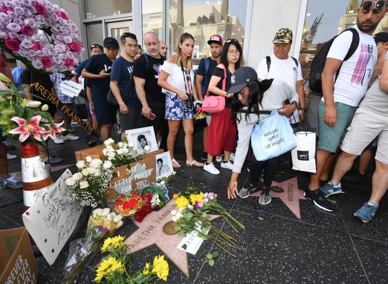 Estrelas da música lamentam nas redes sociais e fãs fazem homenagens na Calçada da Fama para a lendária cantora Aretha Franklin