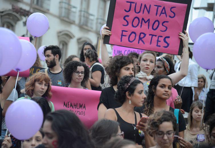 Mulheres fazem caminhada em solidariedade à série de manifestações feministas na América Latina, onde estão países com alta taxa de feminicídio, segundo a ONU (Fernando Frazão/Agência Brasil)