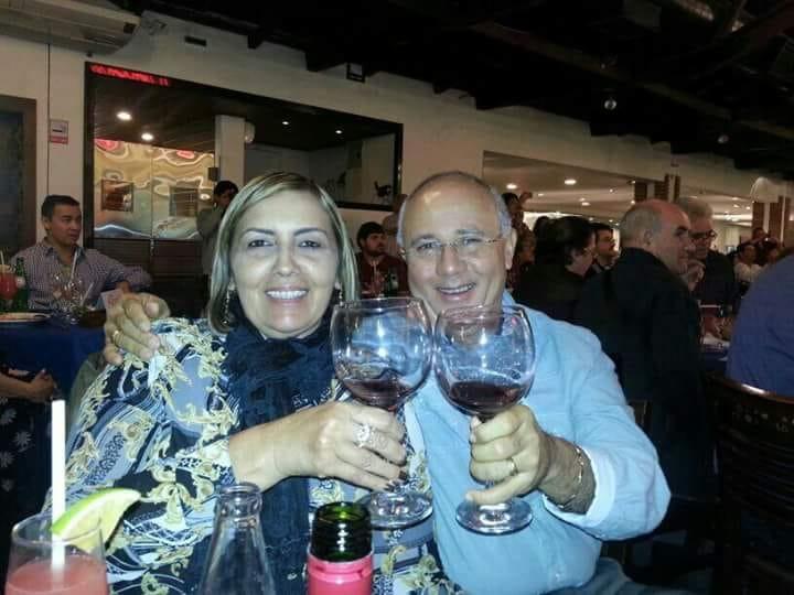 Um brinde a vida da querida Vania Solano Benevides Marinho, na foto com seu amado Jânio Marinho, ela esta de idade nova amanhã. Tintim!