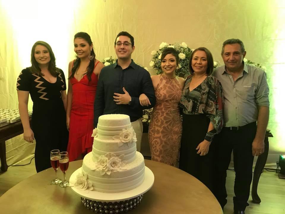 No sim de Potira e André os recém casados ao lado da família da noiva, as irmãs Mariana e Rosa, a mãe Rita e o pai Geraldo Gurgel. Chique!