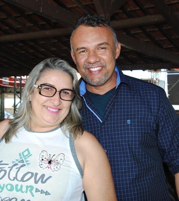 Outro aniversariante festejado do dia é o amigo Alexandre Henrique, na foto com sua musa Edna Braga. Parabéns e felicidades!
