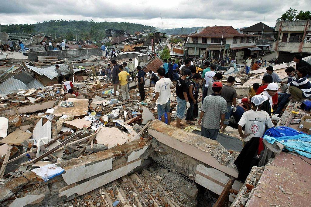 As equipes de busca e resgate seguem com as operações para encontrar mais sobreviventes e corpos sob os escombros dos edifícios.