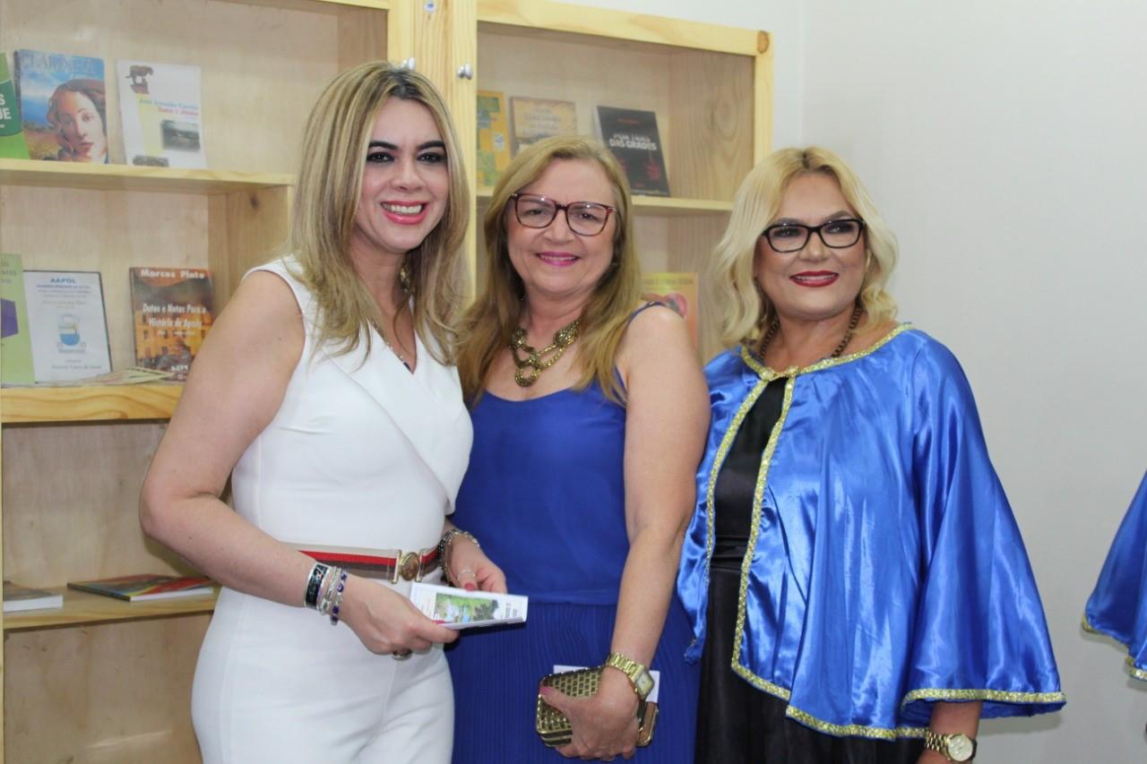 A Secretária de Educação do Estado do RN, Cláudia Santa Rosa, a diretora da 13º DIRED Mara Duarte com Vilmaci Viana.