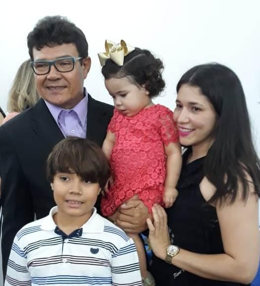 O escritor e ex-vereador Antonio Viana com sua esposa e filhos prestigiando a abertura do Museu do Livro.