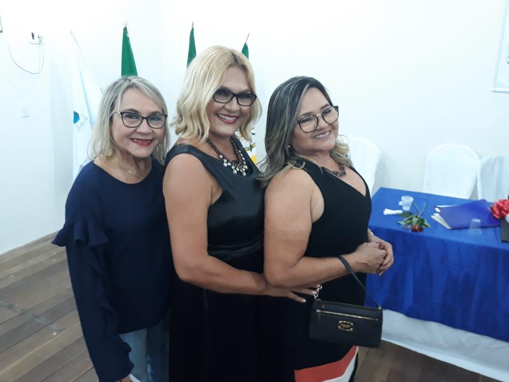 A escritora Vilmaci Viana ladeada pelas suas irmãs Vilma e Dilma Viana na solenidade de abertura do Museu do Livro.