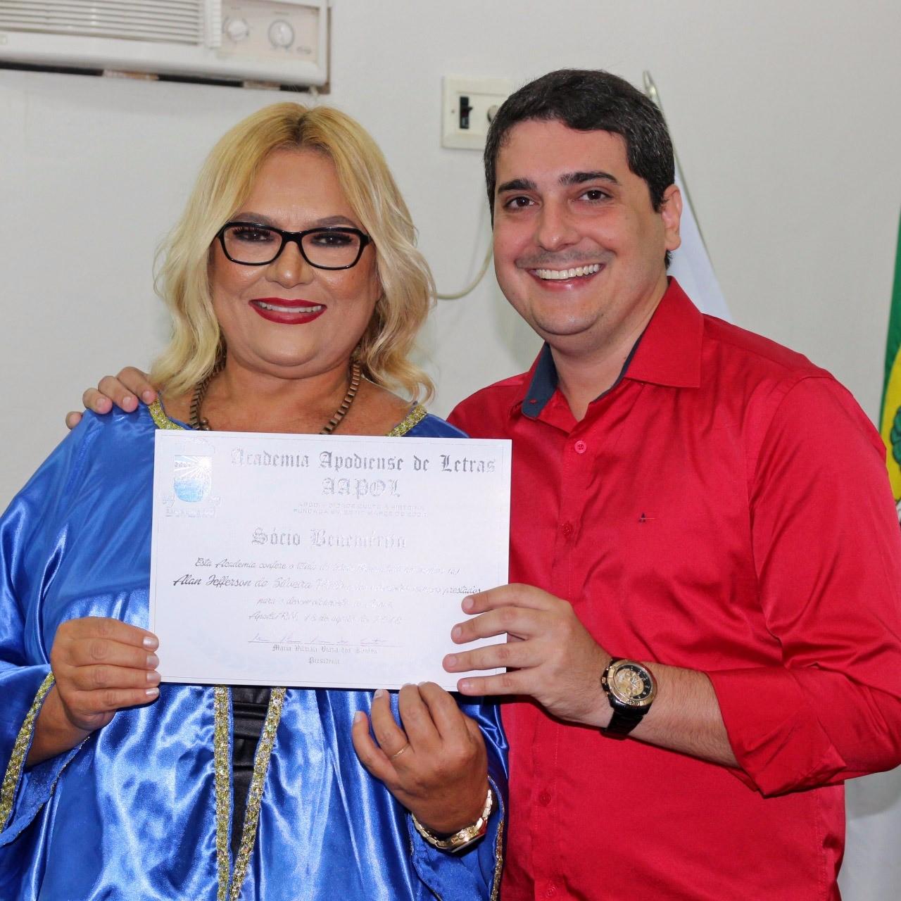 Vilmaci Viana entregando diploma de Honra ao Mérito ao Prefeito Alan Silveira.