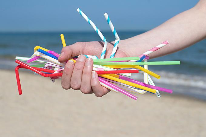 A proposta de projeto de lei apresentada nesta quinta-feira (02) propõe a proibição do uso de canudos de plástico, exceto os biodegradáveis.