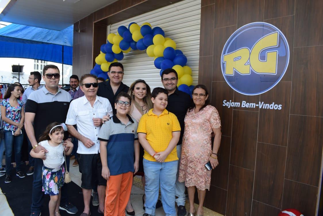 O empresário Xavier Gomes no clique com a família na reinauguração do Rio Grande Supermercado – Loja 01